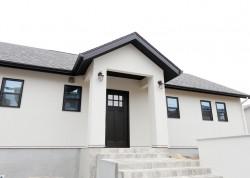 珪藻土の壁と無垢の床で気持ちよく暮らす、家事楽動線のプチパリスタイルの平屋